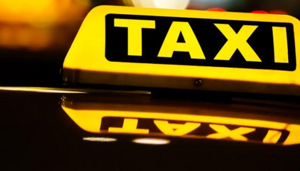 Taxischild in der Nacht